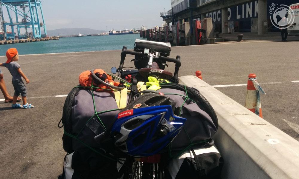 Esperando para embarcar al ferry Jaume II