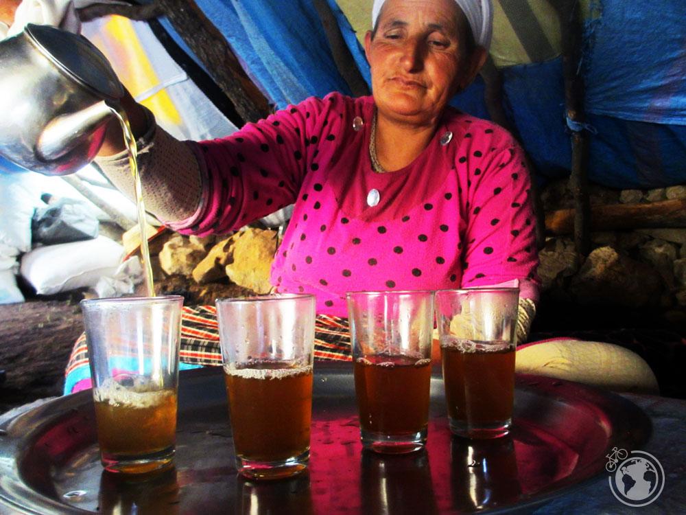 Preparando te en una tienda de pastores nómadas en Marruecos