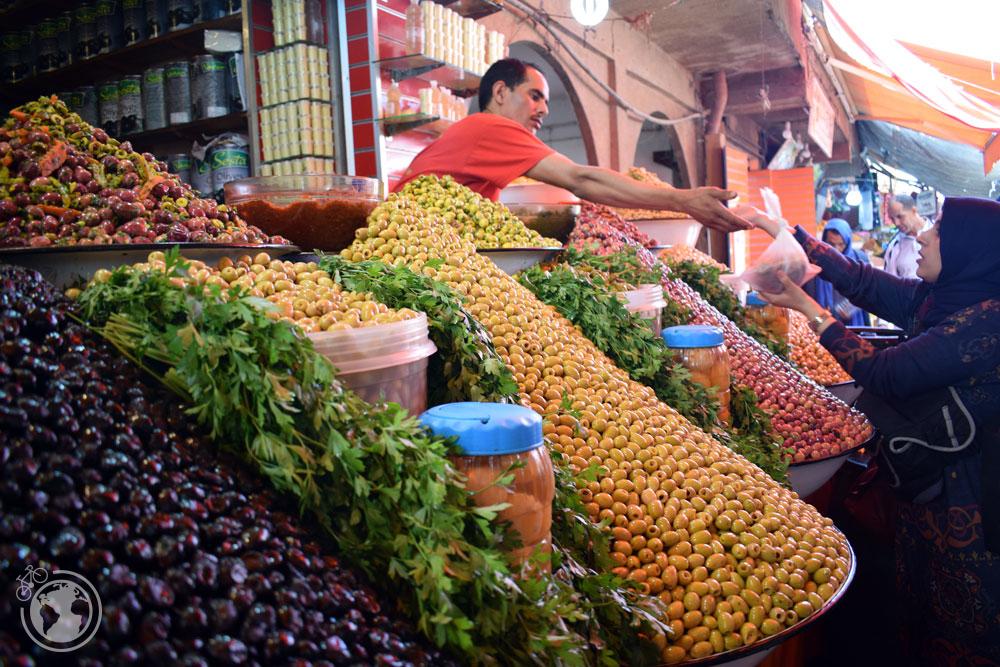 Puesto de aceitunas en el mercado de Agadir, Marrucos
