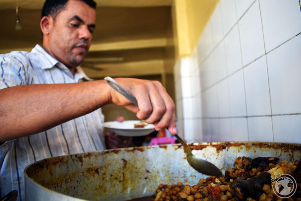 Restaurante típico marroquí con platos de alubias, garbanzos o lentejas. Dakhla, Marruecos