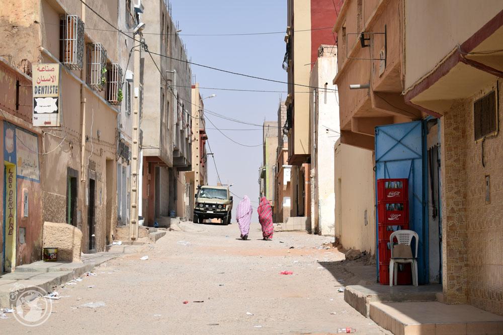 Mujeres caminando por la calles de Tan-Tan, Marruecos