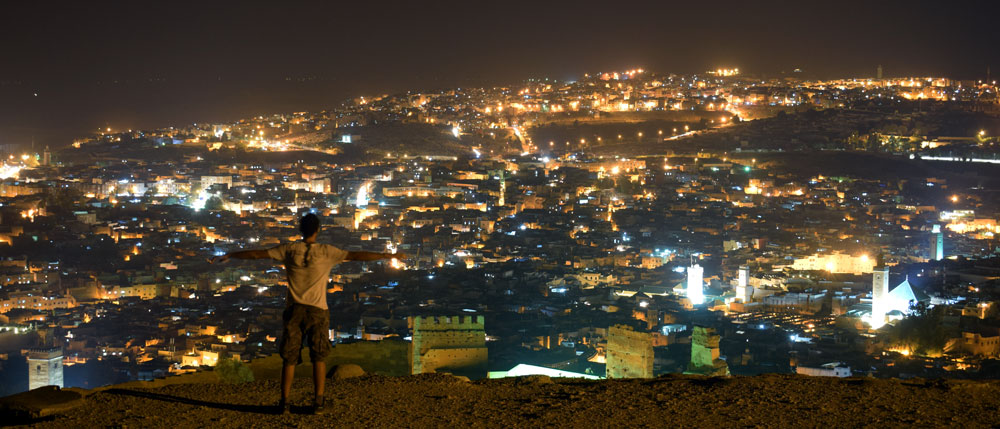 Vistas nocturnas de la ciudad de Fez desde el mirador Bordj Nord.