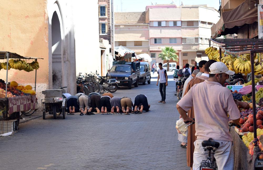 Rezando en la puerta de la mezquita en Taroudant, Marruecos.