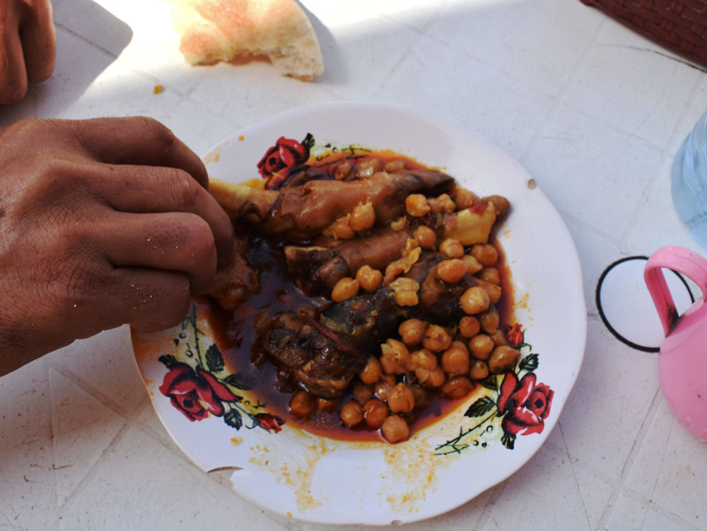 Comiendo garbanzos con la ayuda del pan marroquí.