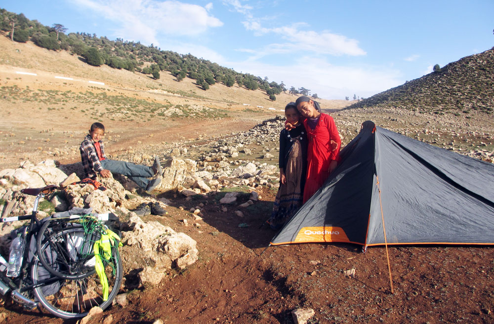 Montando la tienda con la ayuda de unos niños de pastores nómadas.
