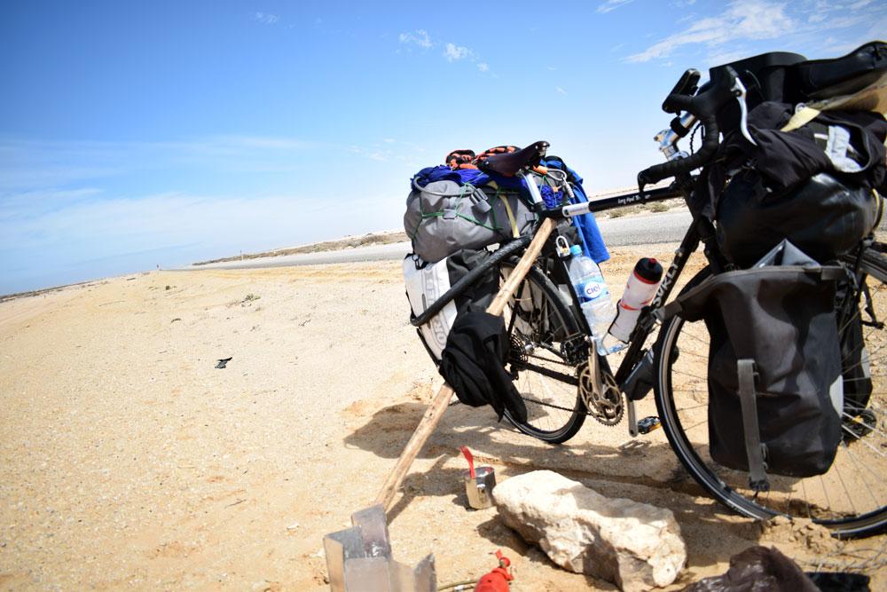 Parada para descansar y comer algo en algún lugar de la carretera del Sahara