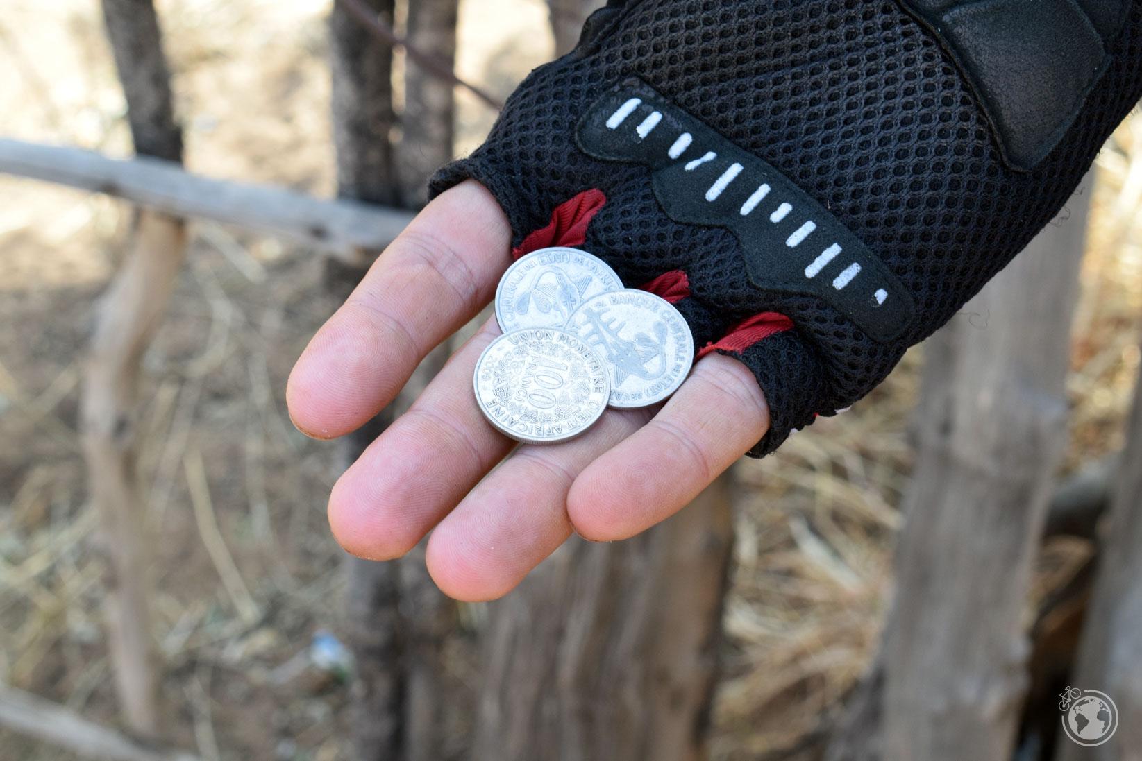 300 Francos Senegaleses que equivalen a 0,5€ y puedes comprar 1 lata de Coca-Cola o dos barras de pan