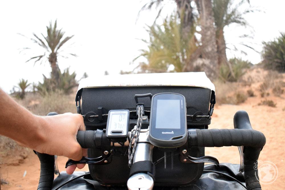 En el manillar de la bicicleta puedo ver el cuentakilómetros, el mapa, el GPS y la brújula mientras pedaleo.